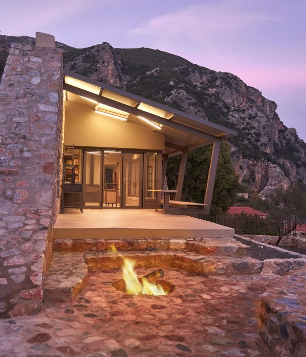 Каменна къща на Пелопонес от Z-Level architecture